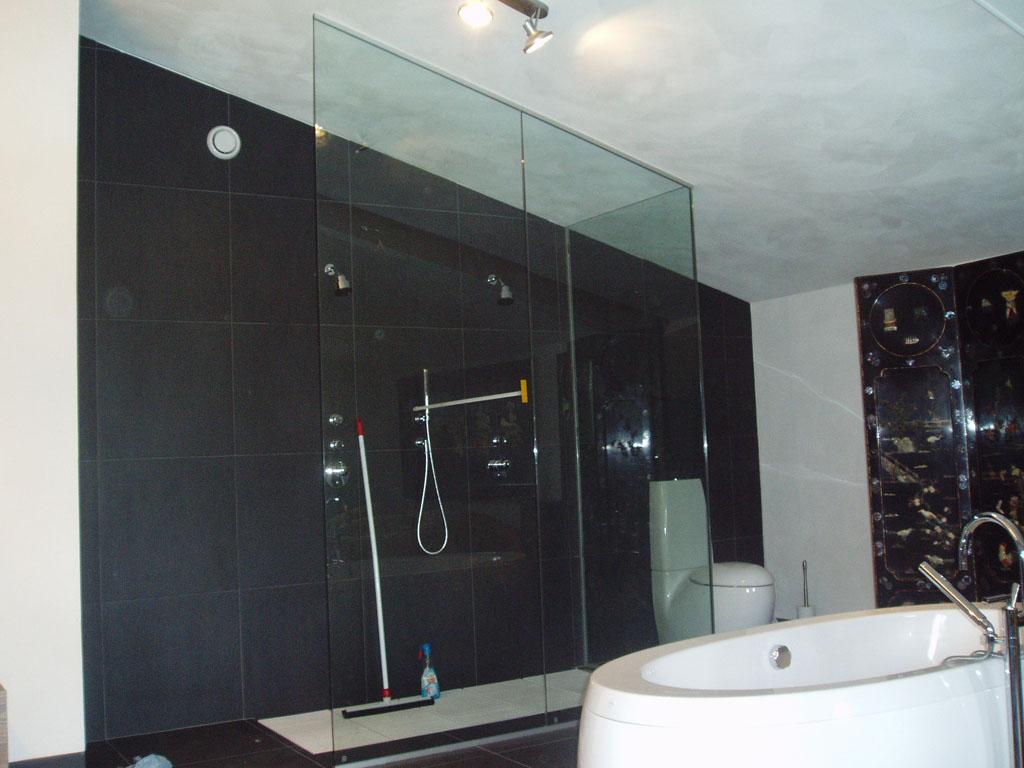 Badkamer Wanden Zonder Tegels : Plaatsen van glazen wanden en ...
